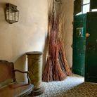 Le salon de la maison, aux murs sublimement patinés. Tous les objets en osier sont signés atelier Vime.