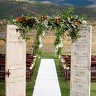 Installer une porte d'entrée fleurie pour délimiter l'espace dédié à la cérémonie de mariage
