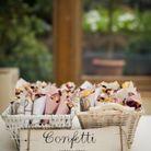 Penser aux pétales séchés en guise de confettis pour la fin de la cérémonie de mariage