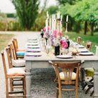 Des chaises dépareillées pour une déco de mariage pas chère