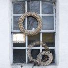 Un couronne en métal fixée sur la porte