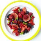 Recette minceur rapide : salade de fruits rouges et noirs au basilic