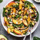 Salade healthy épinards, pêche, avocat