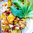 Barbecue aux brochettes d'encornets et tomates