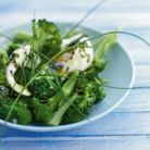 Salade de brocolis, huile d'estragon, œufs mollets