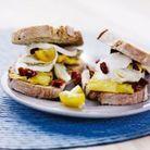 Sandwichs à l'omelette, basilic et petits cœurs d'artichauts