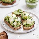 Avocado toast, petits pois et tahini