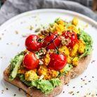 Avocado toast, tofu au curcuma