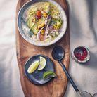 Soupe de poulet au riz et à l'avocat, citron vert et coriandre