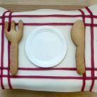 La pâte d'amande façon « set de table » sur un biscuit madeleine