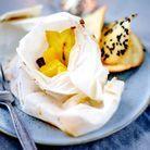 Papillotes de mangue aux épices, tuiles au sésame noir