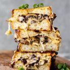 Grilled cheese à l'ail, champignons et herbes
