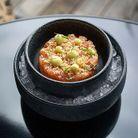 Tartare de saumon au kimchi et sauce aji amarillo.