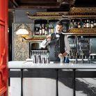 Un premier cocktail à l'arrivée, sur un bar en marbre « panda » orné de boiseries façon pagode.