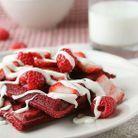 Un petit-déjeuner romantique avec des gaufres colorées