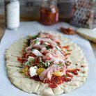 Pizza tressée tomate jambon cru mozzarella
