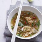 Wontons de crevettes dans un bouillon thaï