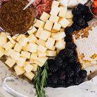 Plateau de fromage, charcuterie, et mûres