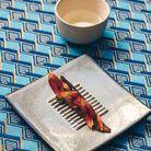 Maquereau mariné au poivron et mirin puis grillé à la flamme, pétales de tournesol, fleur de souci, tagete et saké Kokon, à 15 degrés, venu t...