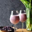Slushie au vin blanc, glace à la vanille et myrtilles