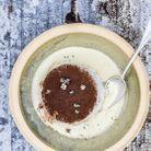 Îles flottantes à la vanille et au thym poudrées de chocolat