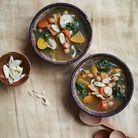 Minestrone d'hiver de pois chiches, épinards et légumes racines