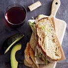 Sandwich poulet-avocat et graines germées