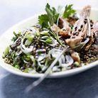 Palette de porc en salade de lentilles aux oignons