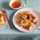 Pancakes, crumble et sirop de rhubarbe