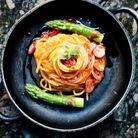 Spaghetti à la tomate, aux asperges et à l'ail confit