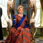 Catherine Deneuve incarne la reine de Bretagne, Cordelia. C'est elle qui demande à Jolitorax de convaincre les Gaulois de repousser les Bretons.