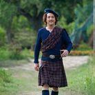 Guillaume Gallienne se transforme pour son rôle de Jolitorax: kilt écossais, chaussettes hautes et béret.
