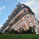 La maison inclinée à Paris, en France