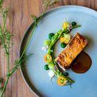 Dans l'assiette, pressé de pintade, asperges sauvages, kumquat lactofermenté et géranium. Un régal on ne peut plus sain !