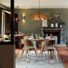 La salle à manger aux tonalités inspirées par la nature. Une fusion parfaite entre extérieur et intérieur.