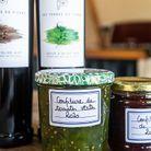 Confiture de tomates vertes maison et huiles d'olive du domaine bientôt dégustées sur la grande table d'hôte.