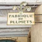 Enseigne d'époque chinée à Arles, chez Antik Azimut, brocante tenue par Jean-Michel Rey. William l'a offerte à Prune lors de leur installation a...