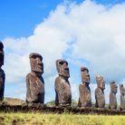 L'Ahu Akivi, un lieu sacré de l'île où sept moais fond face à l'océan.