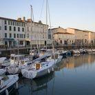 Le port, ses bateaux et ses restaurants, le lieu idéal pour découvrir la gastronomie rhétaise.