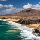 La plage de Papagayo, à Lanzarote, est sauvage et indomptable ! L'endroit rêvé pour les amateurs de sports nautiques.