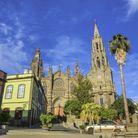 Nichée sur l'île de la Grande Canarie, la ville d'Arucas est une petite merveille qui mêle architecture colorée et nature verdoyante.