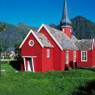L'église rouge de Flakstad. Toute de bois vêtue, elle apporte réconfort et chaleur lors des froides journées norvégiennes.