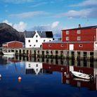Le village de Mortsund flotte sur les eaux calmes de la commune de Vestvagoy.