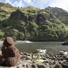 Une statue tiki, symbole des îles Marquises.