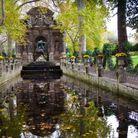 Face à la Fontaine Médicis, au jardin du Luxembourg