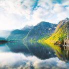 Paysage ensoleillé au bord d'un lac