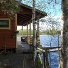 Une cabane au bord du lac