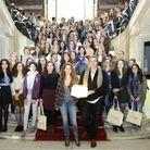 Jean Luc Seigle, lauréat du Grand Prix des Lycéennes pour Je vous écris dans le noir et Emilie de Turkeim sont entourés des lycéennes de c...