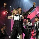 Sur scène, avec ses danseurs.