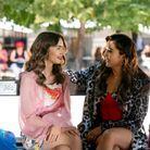 Emily et son amie Mindy se retrouvent sur un banc parisien